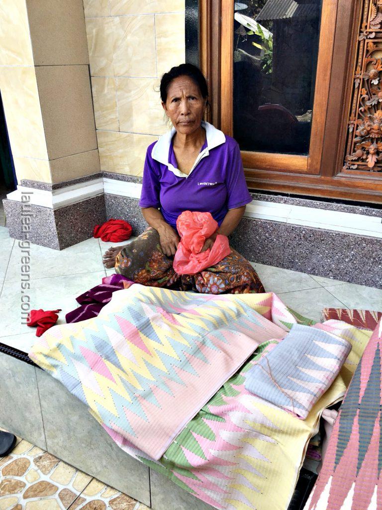 伝統的な柄のイカットを売るヌサペニダのご婦人